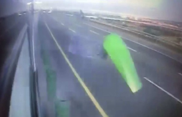 王姓司機陷入昏迷,遊覽車失控擦撞內側護欄。(記者湯世名翻攝)