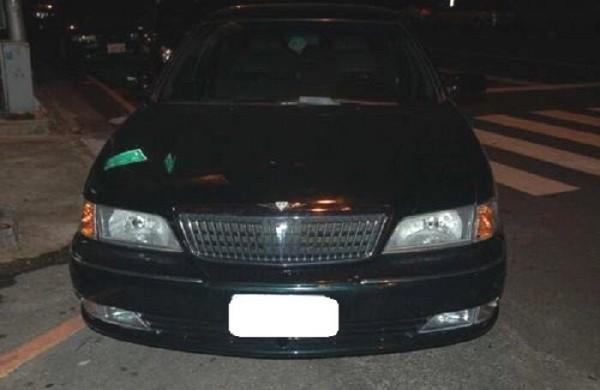 被害女子打開車門時被搶,警方於車門與地上,採集到指紋與菸蒂。(記者張瑞楨翻攝)