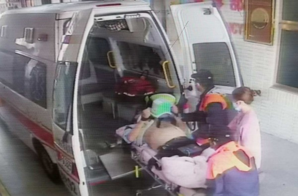 出殯車隊上國道,王姓遊覽車司機突昏迷撞護欄命危,醫護人員將他送醫搶救,仍於傍晚宣告不治。(記者湯世名翻攝)