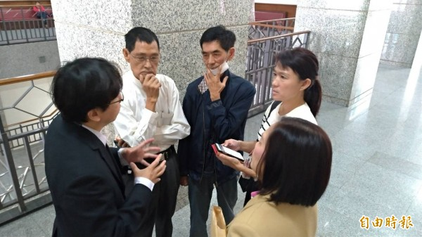 唐儀靜(右穿白衣者)與親友、律師在法庭外討論選舉驗票訴訟問題。(記者王俊忠攝)