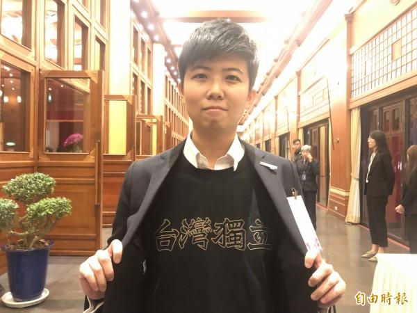 苗博雅穿台灣獨立T恤出席雙城論壇晚宴。(記者郭安家攝)