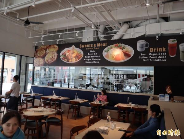 上午11點一開店,就有許多民眾進入Ivorish準備用餐。(記者歐素美攝)