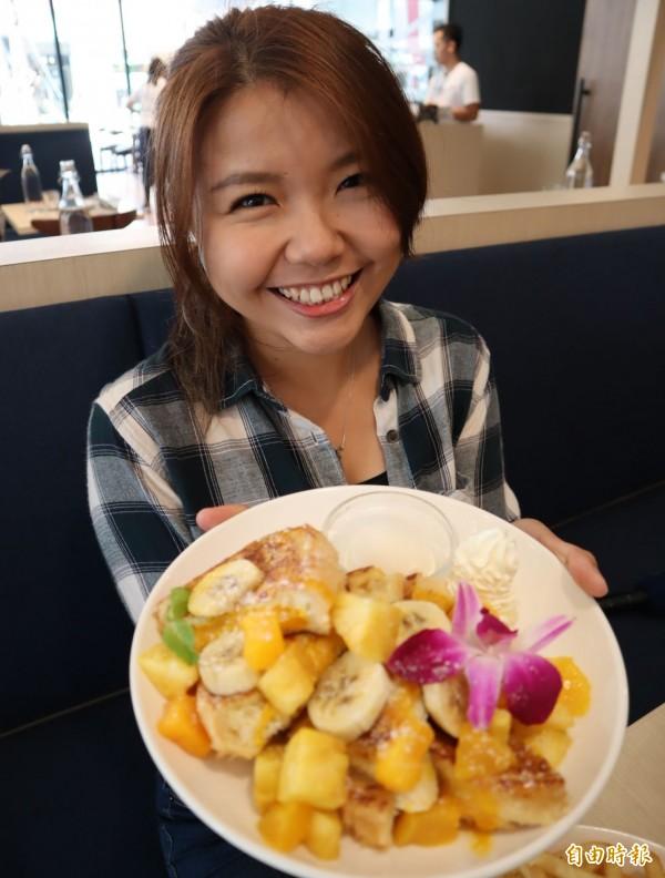 台灣限定的芒果鳳梨法式吐司。(記者歐素美攝)