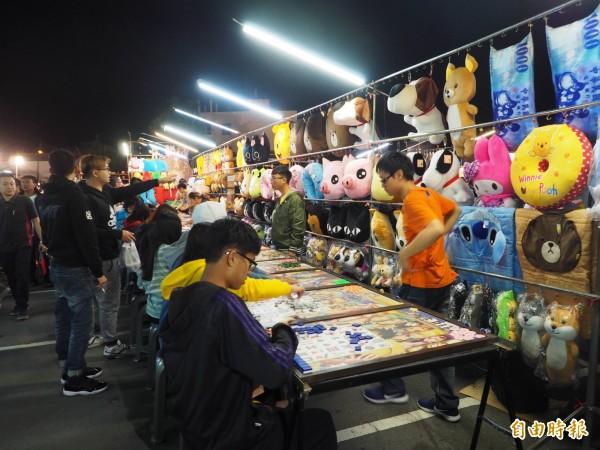 草鞋墩人文觀光夜市已營業15年,逛夜市是很多人假日的休閒活動之一。(記者陳鳳麗攝)
