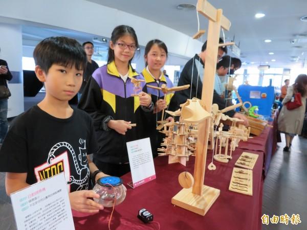 學生展現創意的作品,有積穗國小郭定亞的自動餵魚器、永和國中利用曬衣夾做出創意夾夾樂。(記者何玉華攝)