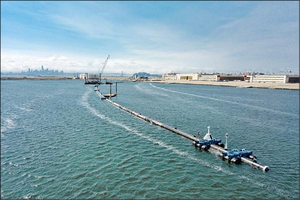 荷蘭非營利組織「海洋清理」為減少太平洋塑膠污染,九月派出「○○一系統」前往太平洋垃圾帶執行任務,目前確認效果不彰。(路透檔案照)