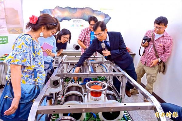 中山大學海下科技所教授與研究生已有研製水下載具能力,教授不僅帶領研究生團隊,也有許多人前來參觀取經。(記者黃旭磊攝)