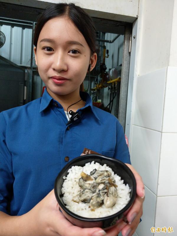 「蚵男」特有的蚵仔飯,是許多客人必點的招牌。(記者劉婉君攝)