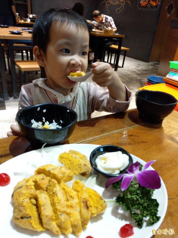 外酥內軟的鳥魚子沙拉,小朋友也喜歡。(記者劉婉君攝)
