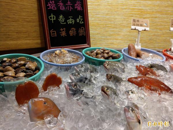擺滿碎冰的保鮮檯陳列多樣海產供消費者選擇。(記者劉婉君攝)