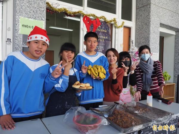 關山國中特教班學生舉辦「耶誕義賣週」,自製紅豆餅等大受歡迎。(記者王秀亭攝)