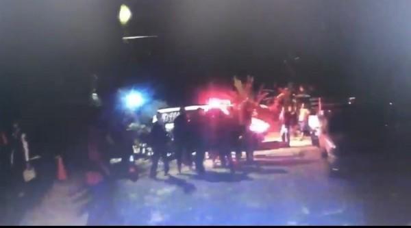 停車糾紛引混戰,警車、救護車一旁待命。(記者洪臣宏翻攝)