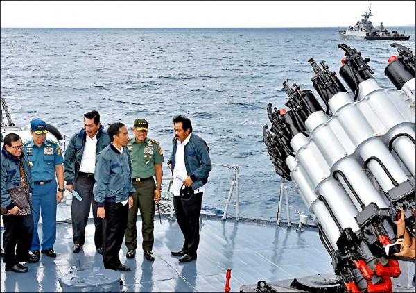印尼軍方十八日啟用位於南海邊緣納土納群島的新設軍事基地,同時進駐逾一千名軍人。圖為印尼總統佐科威(右三)於二○一六年六月搭乘軍艦,巡視納土納群島海域。(美聯社檔案照)