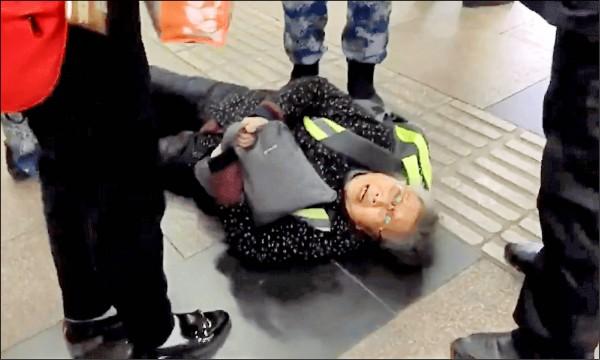 「六四天網」創辦人黃琦兩年前遭當局羈押後,她的八十五歲老母蒲文清不斷對外求援,本月七日搭火車進京上訪,才出站就遭一路尾隨的官方當眾粗魯對待,被推倒地,目前「被失蹤」。(取自網路)