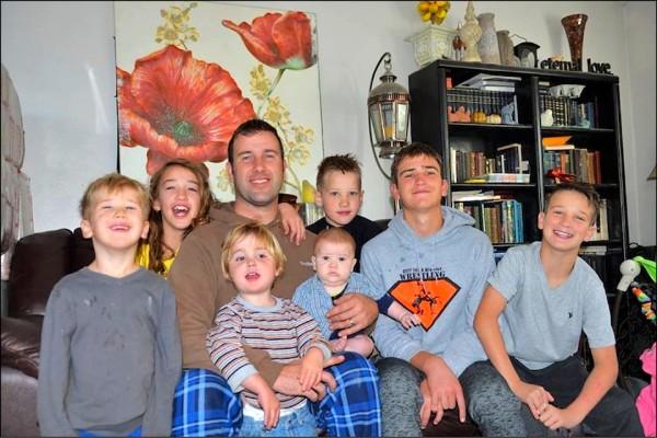 有7名未成年子女的美國愛達荷州鰥夫尼爾森,在歲末耶誕佳節前夕獲得匿名善心人士透過當地媒體轉交的1萬美元捐款。(取自網路)