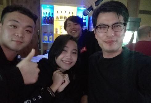 希格利(右)在北韓攻讀碩士學位,在網路上分享自身留學經歷。(圖擷自推特)