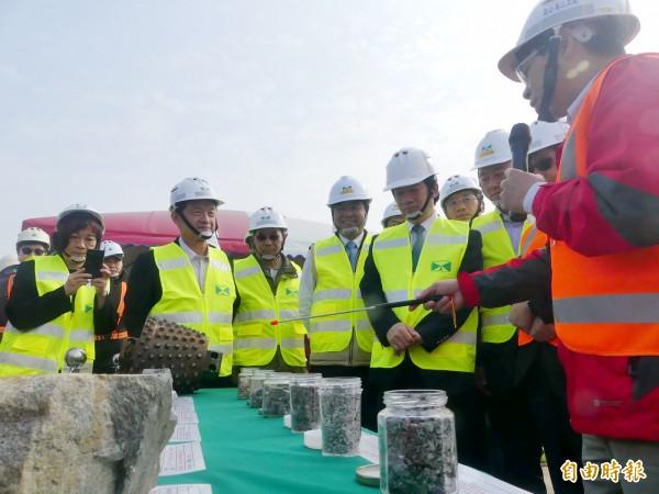 金門大橋施工團隊向行政院長賴清德(前排右四)說明大橋施工時遇到堅硬的花崗石地盤岩塊。(記者吳正庭攝)
