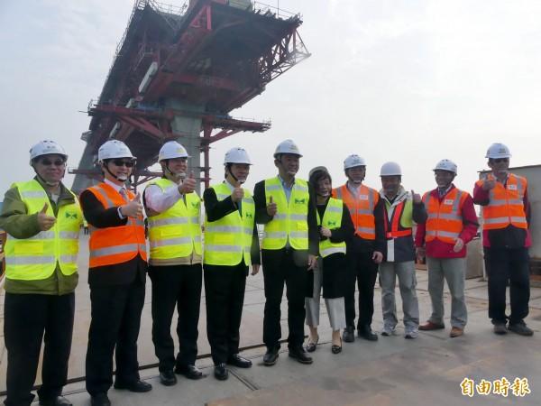 行政院長賴清德(左四)視察金門大橋新建工程,對施工團隊的努力給予高度肯定。(記者吳正庭攝)