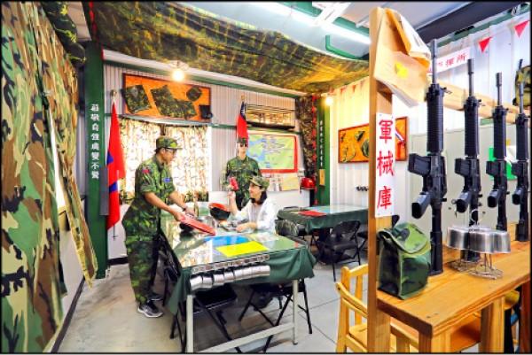 透過擺放各種軍械裝備妝點得唯妙唯肖的「前進指揮所」,是適合多人用餐的大座位區。(記者李惠洲/攝影)