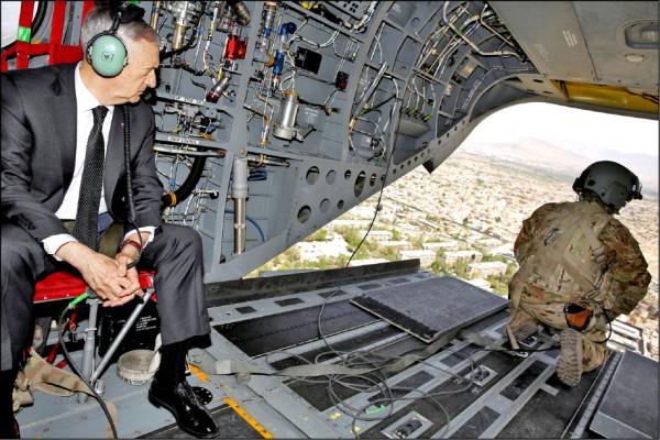馬提斯去年四月巡視阿富汗美軍「堅定支持」任務總部時,從直升機鳥瞰喀布爾。(路透)