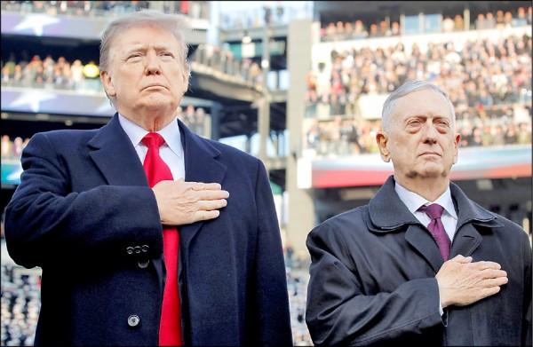 總統川普及馬提斯本月八日出席在費城舉行的第一一九屆陸軍與海軍美式足球賽。(路透)