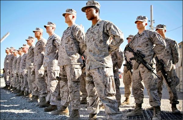 今年一月中駐紮阿富汗西南部赫曼德省索拉博(Sohrab)軍營的美軍陸戰隊員。(美聯社檔案照)
