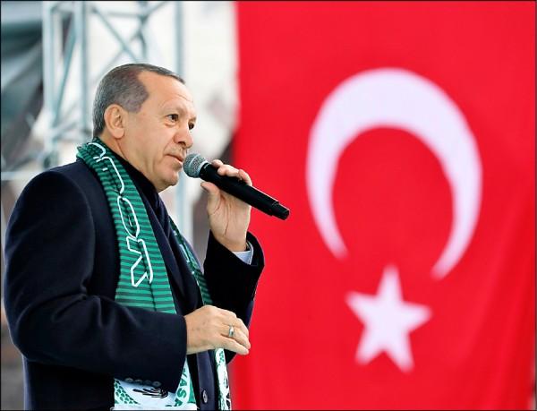 土耳其媒體揭露,美國總統川普近日宣布從敘利亞撤軍,是在與土國總統艾多根通話後做出的決定。圖為艾多根十七日在土國康雅市的集會發表演說。(美聯社)