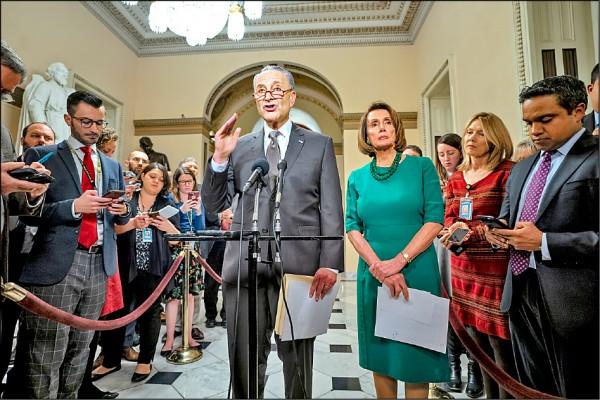 美國參眾兩院的民主黨領袖舒默(中)及裴洛西(右三)。(歐新社)