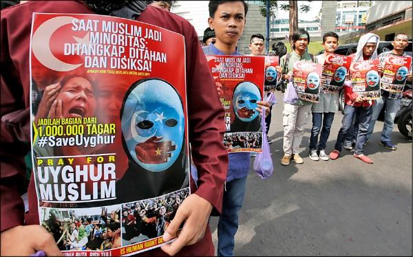 印尼數百名穆斯林民眾21日在中國駐雅加達大使館外示威,要求北京停止關押新疆百萬維族穆斯林。示威群眾手持伊斯蘭信仰標語旗幟,高喊「滾出去」等口號,稱印尼身為全球最大穆斯林國家,應該驅逐中國大使。(美聯社)