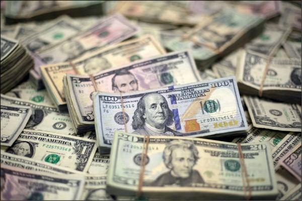 美國紐約市外圍3號公路,13日驚見運鈔車飄出大把紙幣,民眾爭相撿取。(路透)