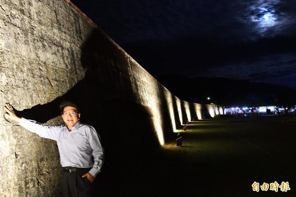 北門周邊城牆點亮後相當夢幻,縣長潘孟安都忍不住拍照留念。(記者蔡宗憲攝)