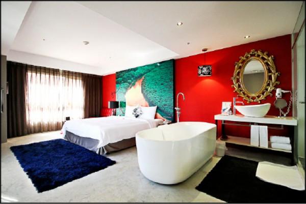 紅樹林經典雙人房型/2,899元起,此為「紅樹經典」房型,鮮豔的色彩讓人感受到西班牙的熱情氛圍。(記者沈昱嘉/攝影)
