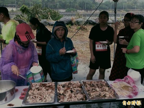 知本溫泉公益路跑選手吃烤乳豬。(記者黃明堂攝)