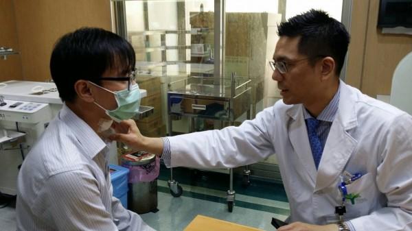 鄭傑陽醫師檢查患者術後傷口。(阮綜合醫院提供)
