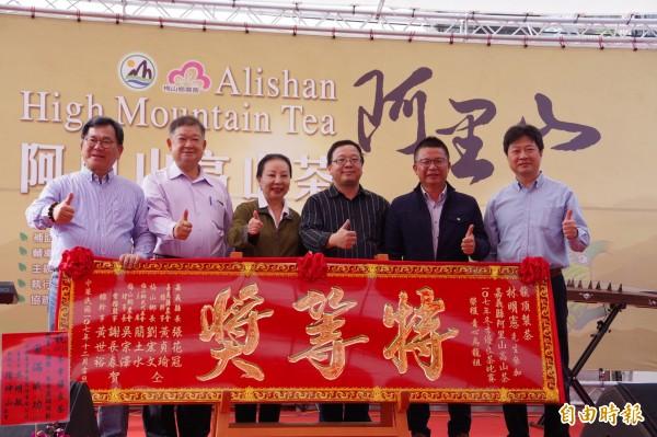 青心烏龍組特等獎由龍頂製茶的林明憲獲得,林的親戚王文雄(右3)代為領獎。(記者曾迺強攝)