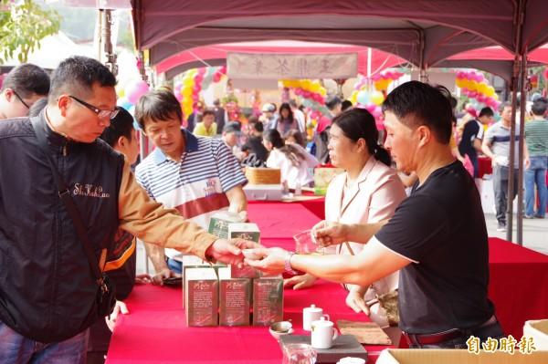 展售會從上午9點展開,湧入來自全國的盤商和愛好品茗人士,交易熱絡。(記者曾迺強攝)