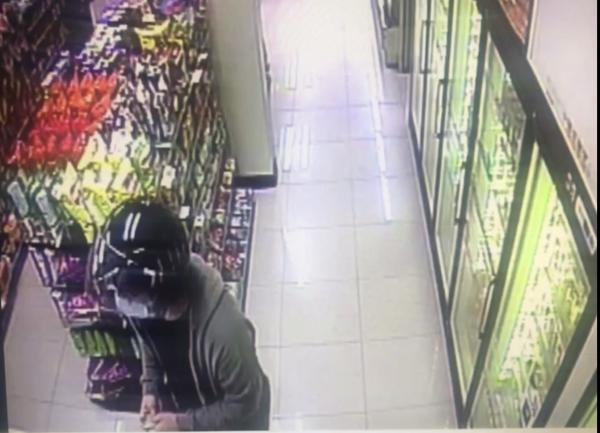 黃男到超商ATM提領贓款,過程被店內監視器全都錄。(記者許國楨翻攝)