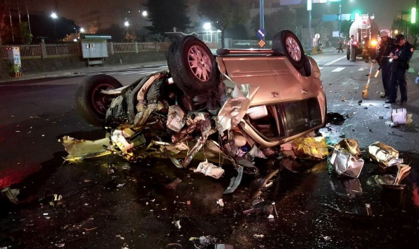 休旅車追撞曳引車後失控翻覆、嚴重受損,酒駕蔡姓男子經緊急救出仍傷重不治。(記者李容萍翻攝)