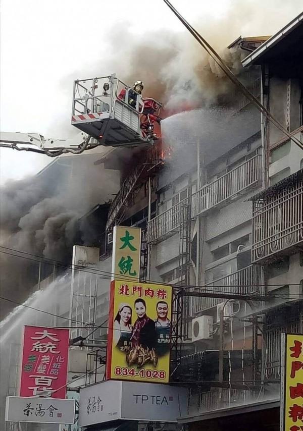 濃煙不斷從頂樓冒出,消防隊出動雲梯車灌水搶救。(記者陳冠備翻攝)