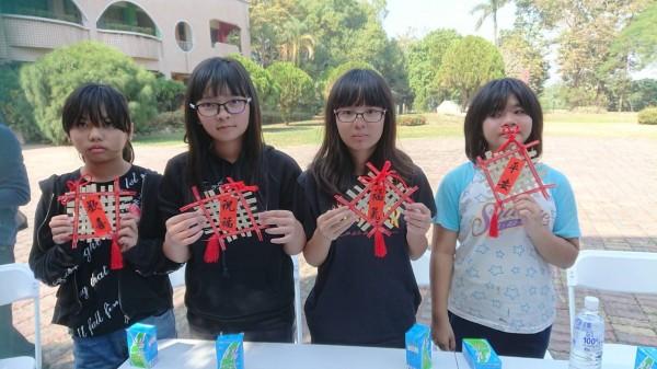 玉豐國小高年級25位學童參訪河東國小和六重溪部落,體驗河東竹夢校本課程,牽手認識西拉雅文化。(圖由河東國小提供)