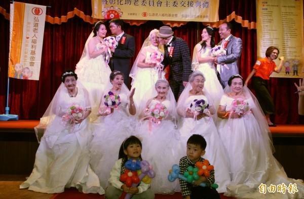 弘道老人基金會舉辦不老婚紗活動,邀請6位年齡從78歲到95歲的奶奶們,一起穿上白色婚紗圓夢。(記者陳冠備攝)