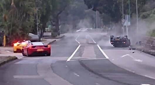 黑色超跑失控撞上山坡「四輪朝天」翻覆在車道上。(圖擷取自臉書社團「馬路的事討論區」)