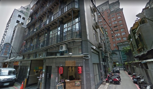 北市中山區中山北路一處公寓內傳出女子輕生,警消破門後發現女子臉部遭貴賓犬啃咬。(圖擷取自Google街景)