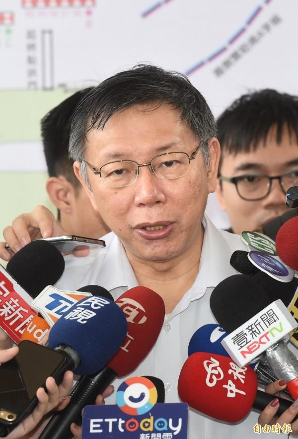 台北市長柯文哲23日出席「國際扶輪跨地區扶輪反毒公益路跑暨嘉年華園遊會」,並接受媒體採訪。(記者方賓照攝)