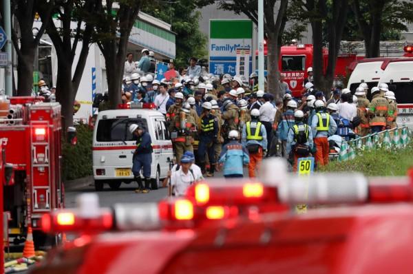 日本住商混合建築火災,2名消防員和1名警察搭乘電梯前往起火樓層,結果馬上受困。(歐新社)