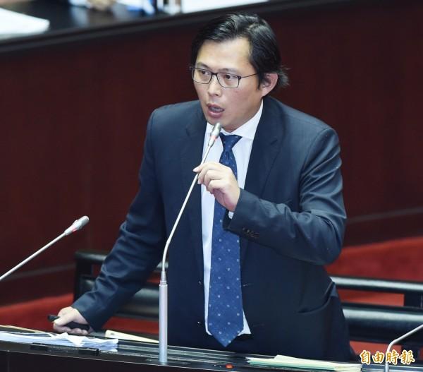 黃國昌指出,即使外國人被裁罰20萬,還是可以拍拍屁股離開,因此已經備妥修法法案,將於明天提出。(資料照)