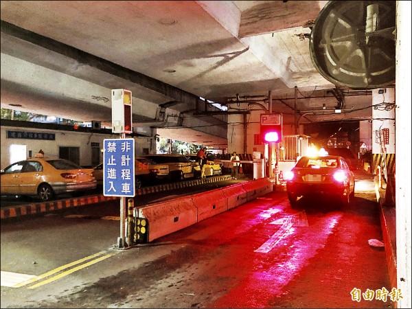 台北市政府體恤小黃運將,設立計程車服務站,只需繳停車費就能在服務站內休息,不料卻被不肖運將以跟車逃票的方式濫用。圖為建國計程車服務站。(記者錢利忠攝)