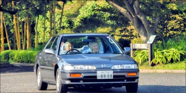 明仁天皇2013年9月在皇居「東御苑」自駕的照片,皇后美智子坐在助手席。據報導,他的愛車是1989至1993年間製造和銷售的本田「型格」第2代,為5速手排與4門硬頂。(取自網路)