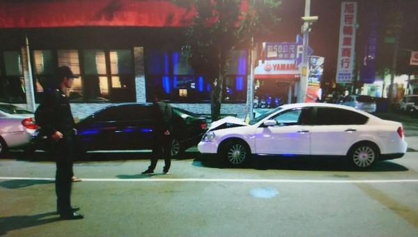 鄭姓男子今天凌晨酒駕拒檢逃逸,轉彎時失控撞上停在路邊的汽車,車頭凹陷動彈不得被捕。(記者陳建志翻攝)