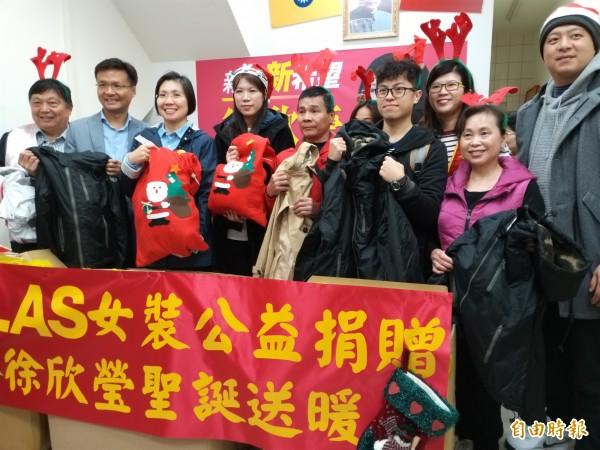 前立委徐欣瑩今早選後首次公開露面,結合知名網路女裝品牌社會資源,捐贈保暖衣物給轄內7個弱勢社福團體,讓他們過個幸福溫馨的耶誕佳節。 (記者廖雪茹攝)
